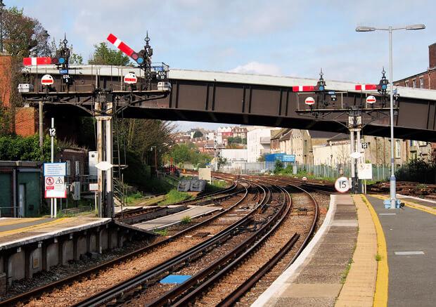 Demiryolu istasyonlarında elektronik sistemlerin zayıf akım koruma parafudrları ile aşırı gerilim darbelerine karşı korunmalıdır.