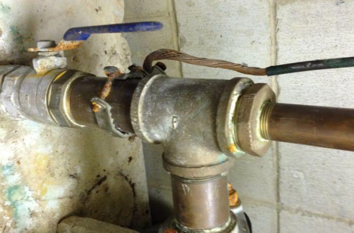 Eğer bir su borusu topraklama elektrodu olarak kullanılıyorsa, en az bir elektrot daha topraklama sistemine ilave edilmeli.