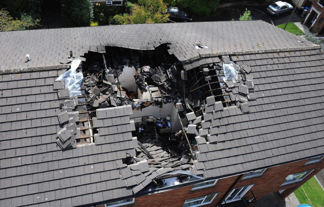 Yıldırım sonucu hasar alan bir çatı