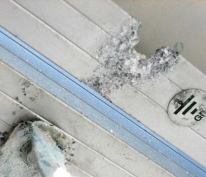 Korozyon sonucu hasar gören bir PV santral koruması