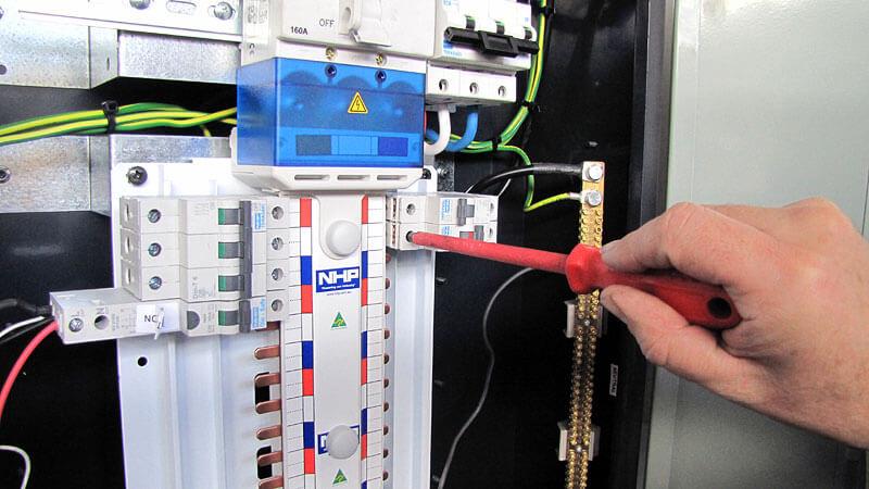 Kaçak akım rölesi tesislerde kullanılmalıdır.