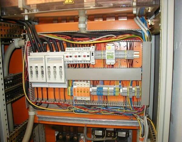 Paralel kablaj yapılmamalıdır (korunan ve korunmayan kablolar). Kablolar ve yıldırım darbe koruyucu, loop içinde olmamalıdır.