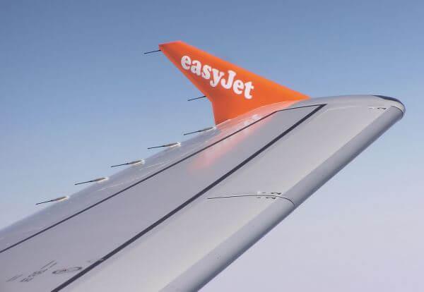 Uçak kanatlarına eklenen çubuklarla statik elektrik boşaltılır.